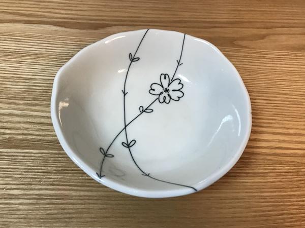 シンプルな風合いの花柄食器